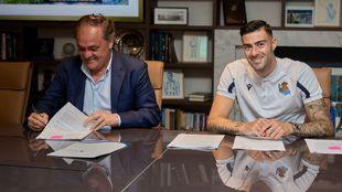 Jokin Aperribay, firmando el contrato de su nuevo jugador, Diego Rico.