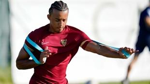 Jules Koundé se ejercita en un entrenamiento del Sevilla en Lagos.
