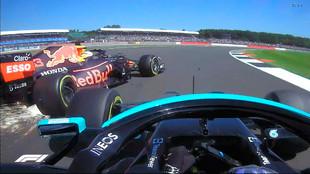 Momento del toque entre la rueda delantera de Hamilton y la trasera de...