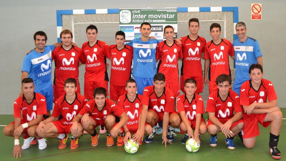 Raya, el segundo por la izquierda abajo, en el campus del Movistar Inter
