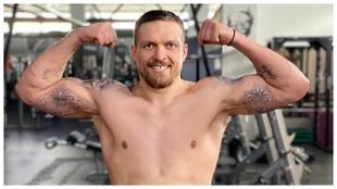 Oleksandr Usyk muestra su musculatura.