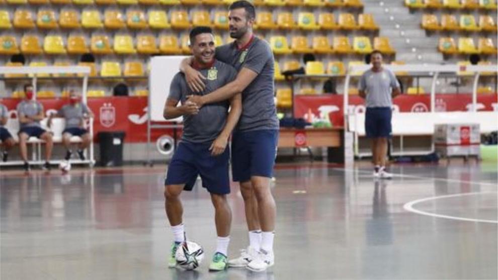 Raya, con Borja durante un entrenamiento con la selección