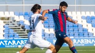 Acción de juego entre el Levante y el Atromitos.