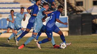 Neskes disputa el balón con dos jugadores del Al Nasr