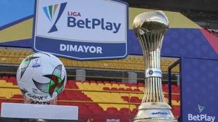 Balón y trofeo de la Liga BetPlay Dimayor.