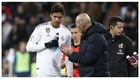 Varane y Zidane charlan durante un partido.