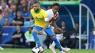 Dani Alves en un partido de Brasil
