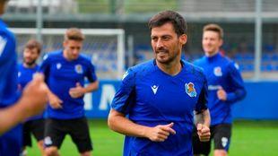 David Silva, en un entrenamiento, con los jóvenes Robert Navarro y...