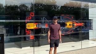 Checo Pérez en Milton Keynes en la fábrica de Red Bull Racing