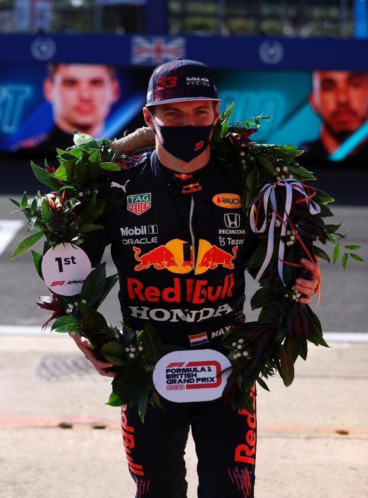 Max Verstappen con la corona de laurel luego de ganar la Sprint Race