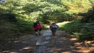 Dos peregrinas durante una de las etapas del Camino de Santiago.
