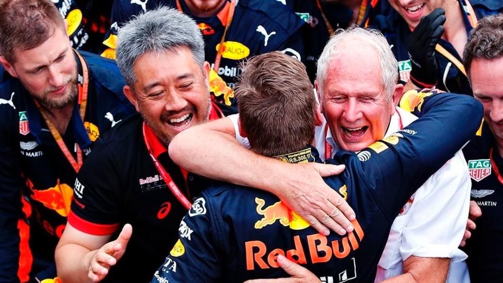 Helmut Marko, Max Verstappen y Toyoharu Tanabe celebrando la victoria en Mónaco