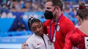 Simone Biles durante la final por equopos, tras decidir retirarse de...