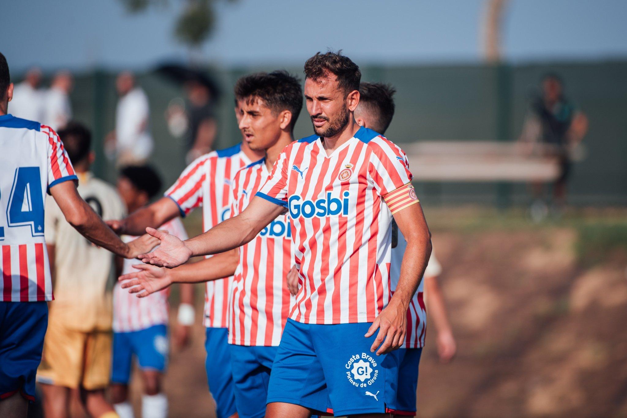 El capitán Stuani celebra con sus compañeros uno de los dos goles que marcó