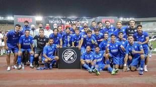 Los jugadores del conjunto local con el Trofeo de la Vendimia MARCA...