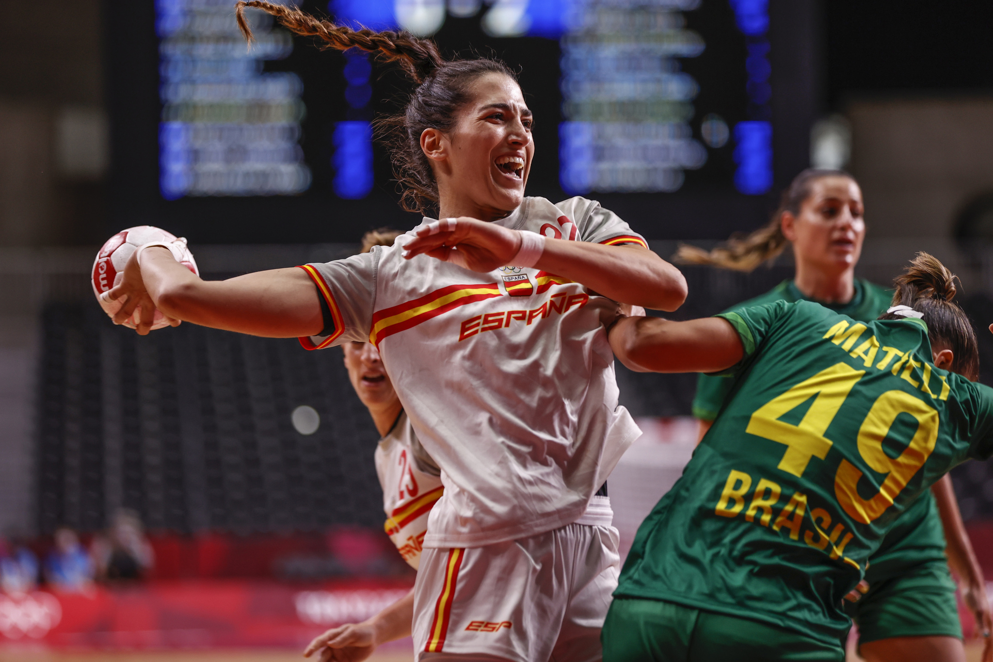 La española Lara González trata de lanzar ante Brasil /