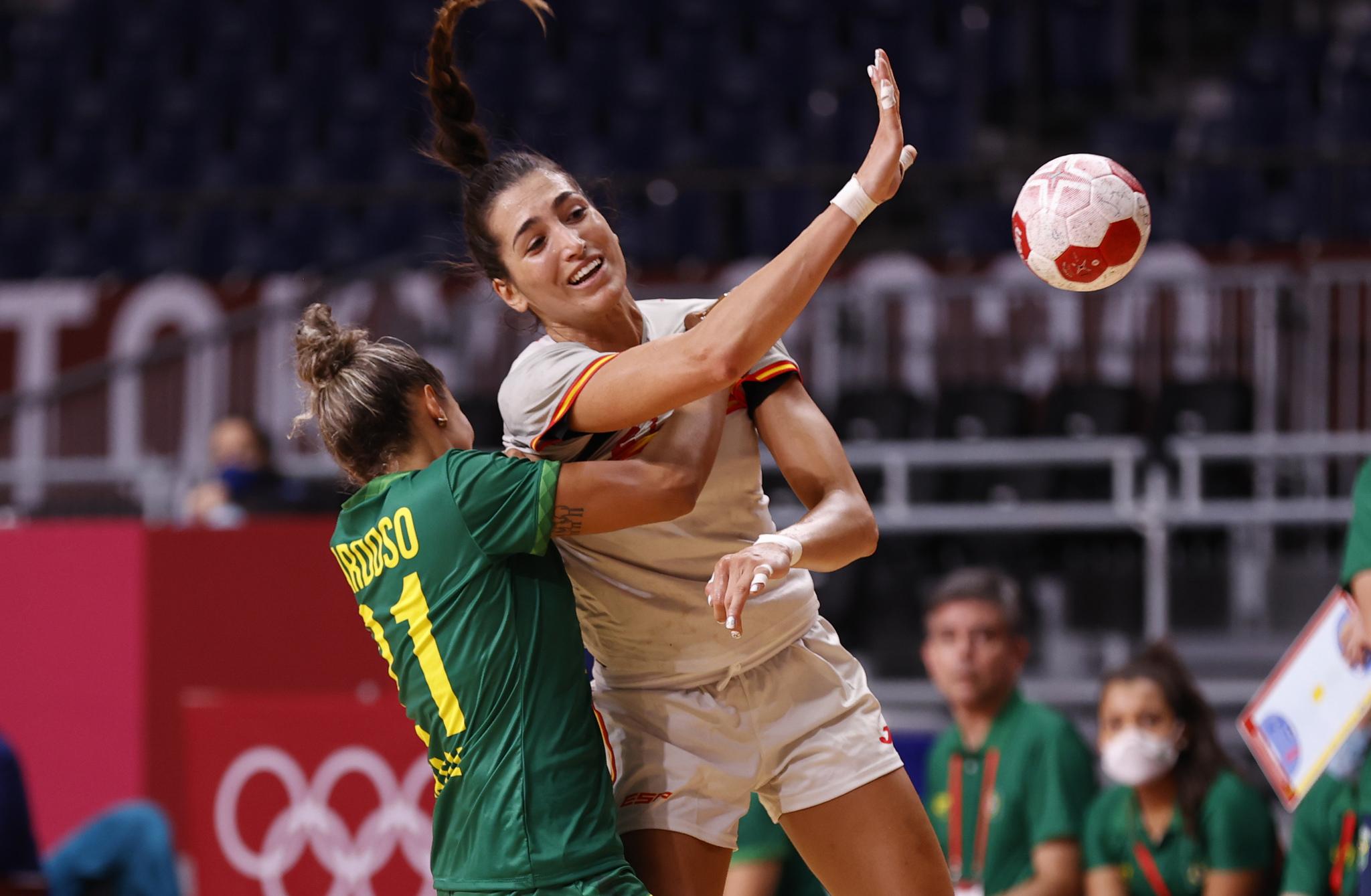 La jugadora española Lara González da un pase ante Brasil /