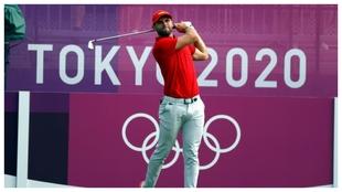 Adriá Arnaus juega un golpe de salida en el torneo olímpico.
