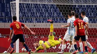 Mikel Merino marca el gol de España en el 1-1 ante Argentina.