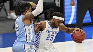 Kentucky's Isaiah Jackson (23) drives past North Carolina's...