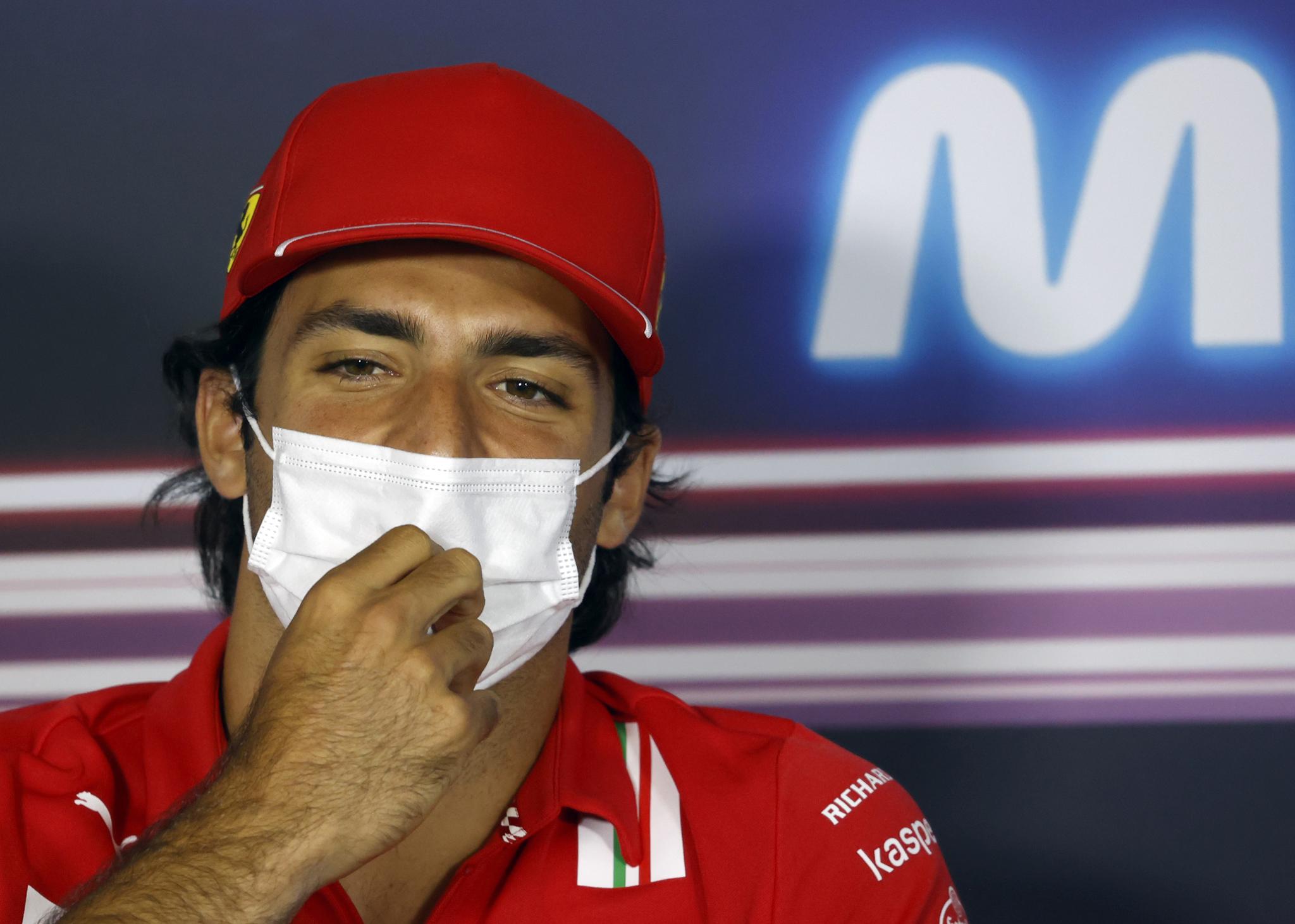 Carlos Sainz afirma que la lucha entre Mercedes y Red Bull no le hace mal a Ferrari