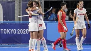 La selección española celebra su victoria ante China.