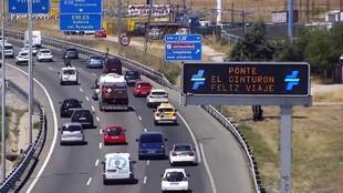 Un panel de mensaje variable de la DGT en una autovía de la Comunidad...