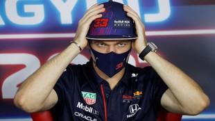 Verstappen gesticula en la rueda de prensa del GP de Hungría.