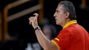 Scariolo da instrucciones durante el partido España - Argentina.