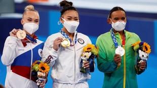 Angelina Melnikova, Sunisa Lee y Rebeca Andrade, podio del concurso...