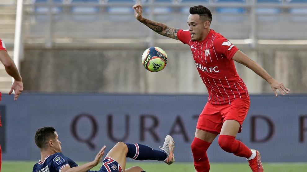 Ocampo se libra de la presión de un jugador del PSG.