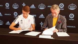 Momento de la firma del contrato de Denis Suárez por el Celta