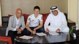 Tadej Pogacar, firmando junto a Matar Suhail Al Yabhouni y Mauro...