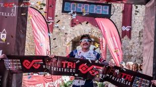 Tim Don celebra su triunfo en el Infinitri Half Triatlón Peñíscola.