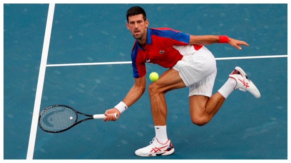 Djokovic devuelve la bola de manera acrobática