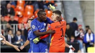 Zouma se abraza con Kepa durante un partido del Chelsea de la pasada...