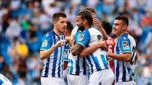 Willian José celebra su gol al Mónaco con varios compañeros.