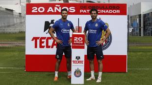 Chivas celebra 20 años de alianza con Tecate y lanzan edición especial