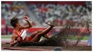 Ana Peleteiro mira la calidad del salto mientras aterriza en la arena
