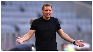 Julian Nagelsmann se lamenta durante el partido contra el Borussia...