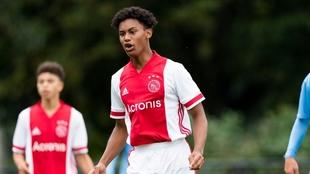 Noah Gesser, con la camiseta del Ajax.