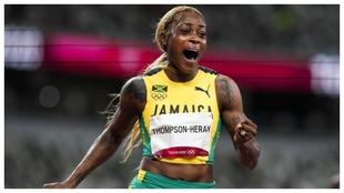 Elaine Thompson celebra la victoria en la carrera de 100 metros.