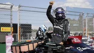 Hamilton celebra la pole en el GP de HUngría 2021.