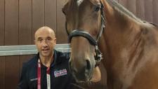 Lorenzo del Pozo junto a uno de los caballos que trató en Japón