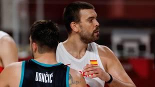 Marc Gasol ante Doncic durante el partido