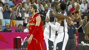 Los jugadores de Estados Unidos se abrazan tras la final de 2012...