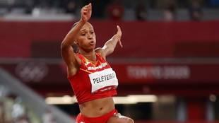 Ana Peleteiro en el momento del salto que le dio el bronce