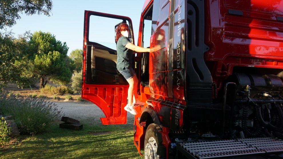 Ana Pellicero, camionera profesional desde los 20 años, se sube al MAN TGX.