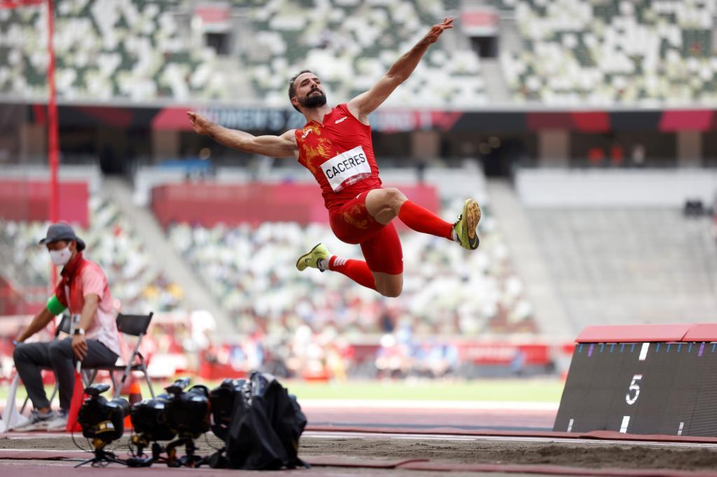 Eusebio Cáceres salta durante la final