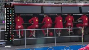 El muro de Ferrari, mientras hablaban con Sainz sobre la posibilidad...